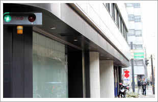 ビル1階に書店、向かいにはコンビニもあり便利