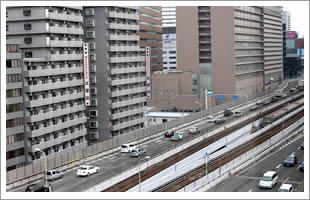 窓から南に目を転じればJR新大阪駅。アクセス至便